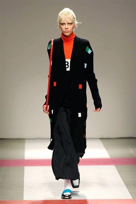 Joint, Flooring, Style, Floor, Fashion, Fashion show, Blazer, Costume design, Waist, Jewellery,