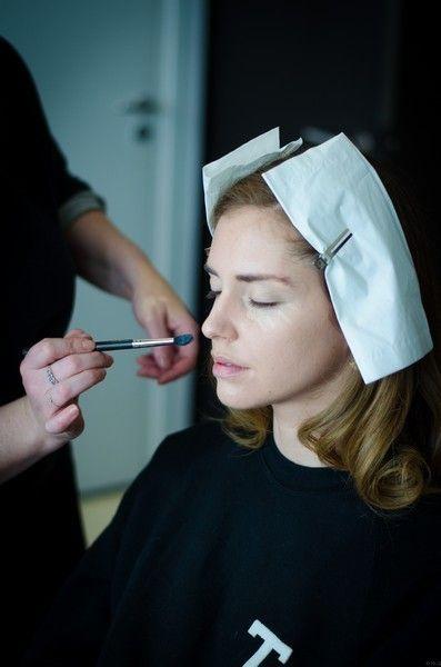 Finger, Wrist, Makeup artist, Eyelash, Nail, Beauty salon, Personal grooming, Makeover, Thumb, Makeup brushes,