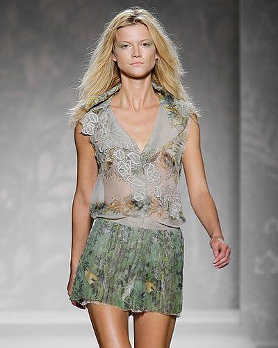 Clothing, Sleeve, Human body, Shoulder, Textile, Joint, Waist, Style, Fashion show, Fashion model,