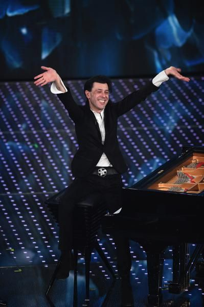 Musician, Pianist, Entertainment, Performing arts, Stage, Musical instrument, Music artist, Formal wear, Artist, Performance,