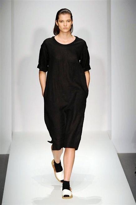 Sleeve, Human leg, Shoulder, Dress, Joint, One-piece garment, Fashion model, Style, Formal wear, Waist,
