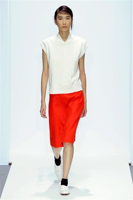Sleeve, Human leg, Shoulder, Textile, Standing, Joint, White, Style, Knee, Waist,