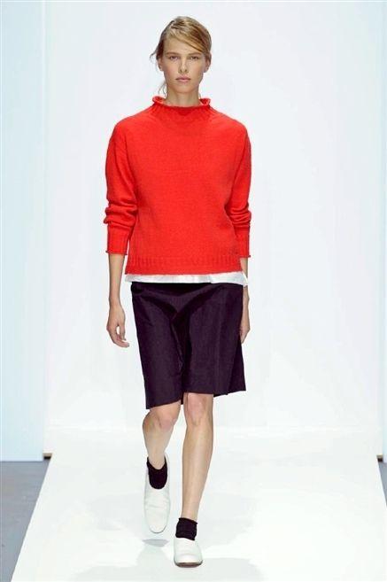 Sleeve, Human leg, Shoulder, Standing, Joint, Style, Collar, Knee, Active shorts, Waist,