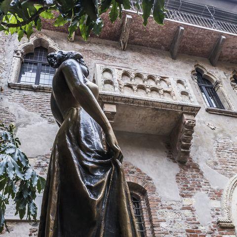 <p>La città dell'amore è un evergreen per le coppie. Verona è stata resa tale da Shakespeare e una foto ricordo sotto la balconata di Giulietta è praticamente d'obbligo per una coppia di innamorati che decidono di trascorrervi un weekend. Il capoluogo scaligero è anche un centro di cultura e di divertimento.</p>