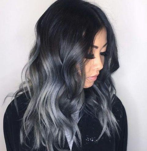 <p>Mix di sfumature su una base nera corvina: al grigio si mescola il blu.</p>