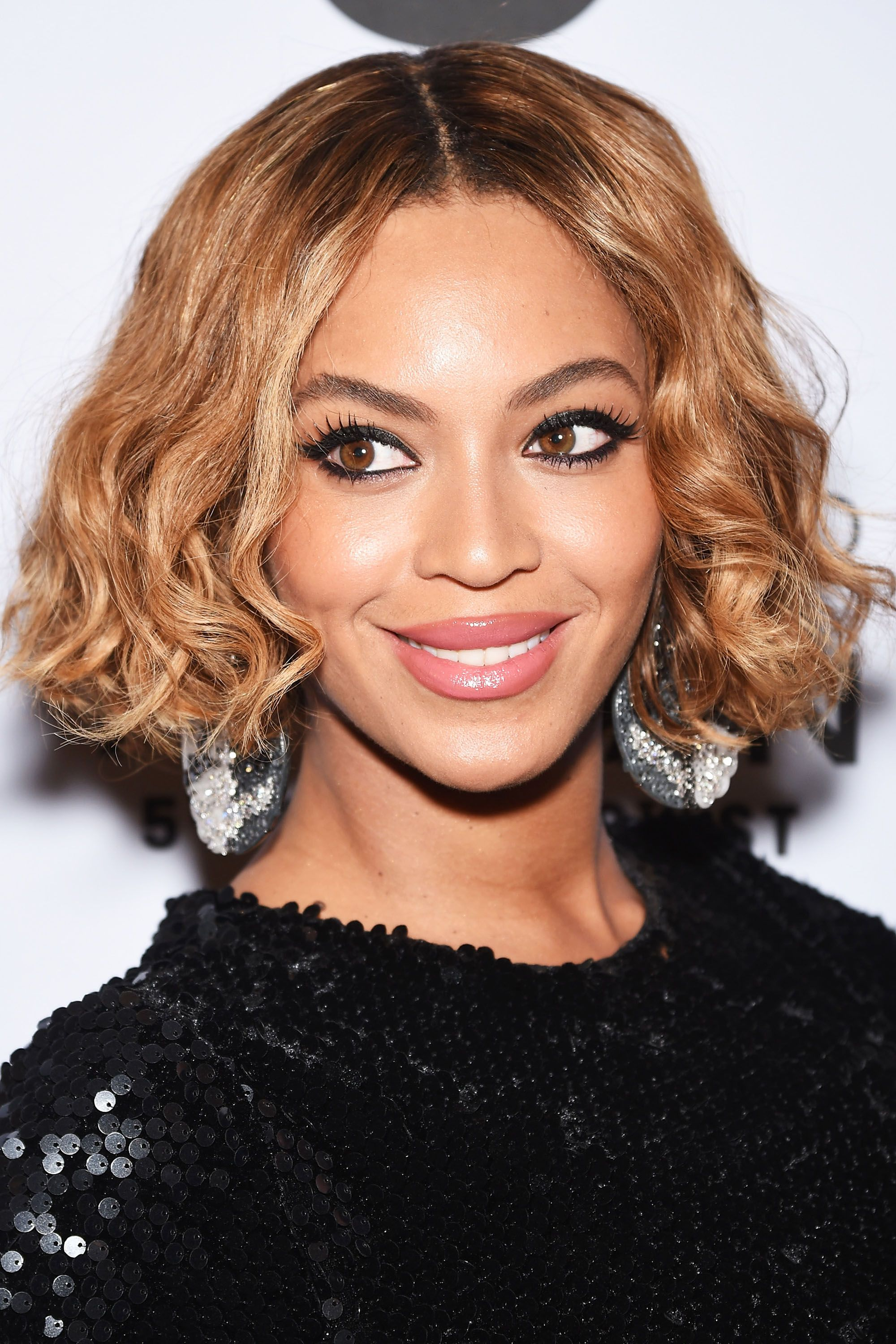 <p>Queen Bey's faded bob swiftly transitions from her dark roots into to a honeyed blonde at the crown of her head. </p>