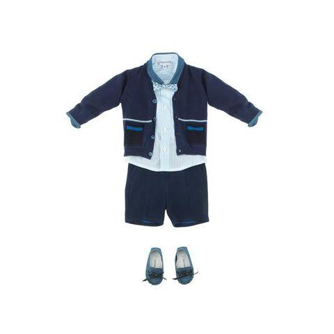 <p>Il completo con cardigan, camicia con colletto&nbsp;a contrasto e shorts. Il tocco di vanità? Il cravattino da grande</p>