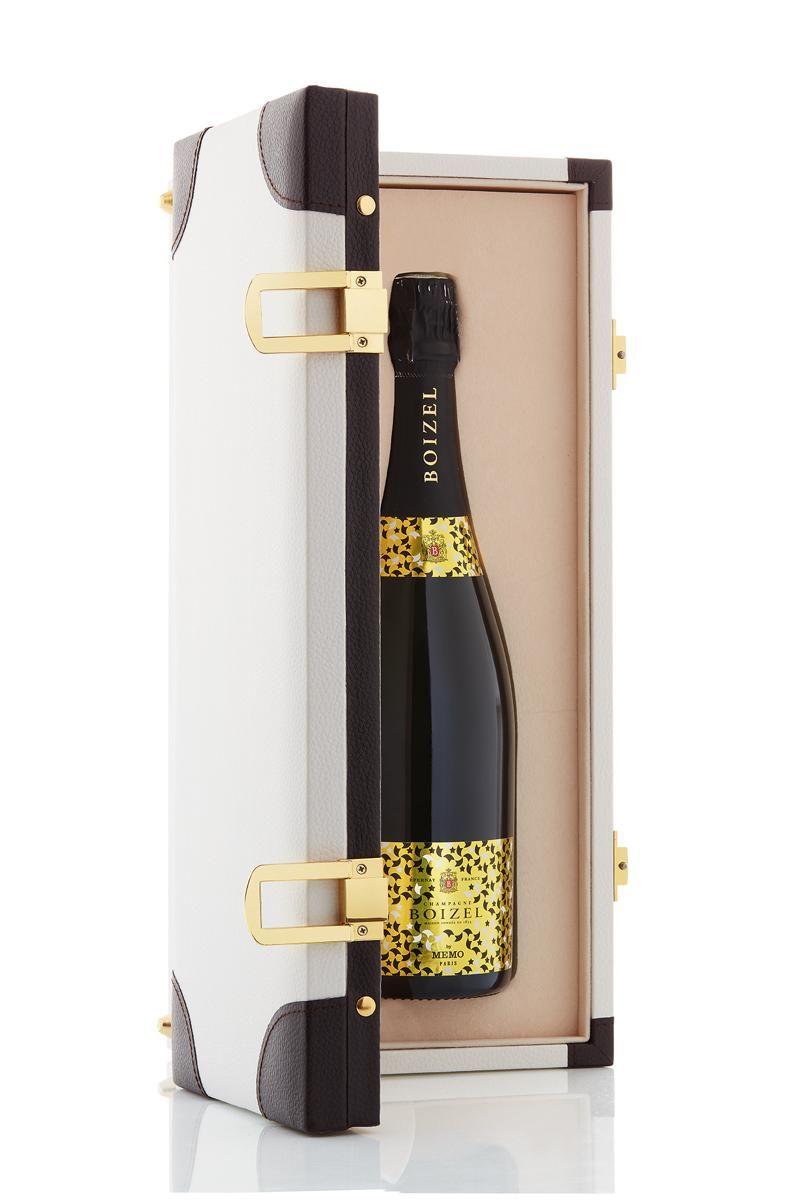 <p>Limited edition per Natale realizzata da Clara Molloy, fondatrice dei profumi Memo Paris: un baule in miniatura per uno champagne pronto a viaggiare.<br></p>