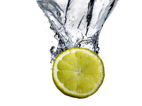 perdere peso bevendo acqua e limone