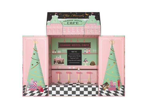 <p>È un vero e proprio scrigno magico il coffret Grand Hotel Café di Too Faced che contiene ben 3 palette diverse di blush e ombretti (45,50 euro, da Sephora).</p>