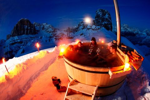 """<p>Al Rifugio Lagazuoi a Cortina, la sauna finlandese riscaldata a legna gode di un'impareggiabile vista sulle Dolomiti. Una vera esperienza multisensoriale, dove il piacere degli occhi si somma a quello del calore sulla pelle. (foto Gaspare Bandion)</p><p>Info: <a href=""""http://www.rifugiolagazuoi.com"""">www.rifugiolagazuoi.com</a></p>"""