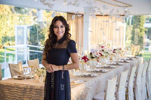 Tablecloth, Textile, Dress, Linens, Stemware, Bouquet, Interior design, Home accessories, Flower Arranging, Centrepiece,