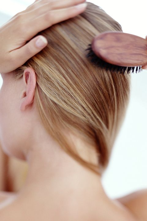 <p>100 spazzolate sono davvero troppe! Rischiamo di danneggiare i capelli, perché le così&nbsp;possono spezzarsi. Qualche colpo di spazzola (2 o  3!), invece, può davvero rendere i capelli più lucenti, perché si distribuisce il sebo naturale del capello dalla cute alle radici e si chiudono le cuticole. Ancor più importante qualche spazzolata delicata rimuove le impurità e stimola la circolazione della cute, nutrendo i follicoli che, di conseguenza, mantengono i capelli più sani. </p>