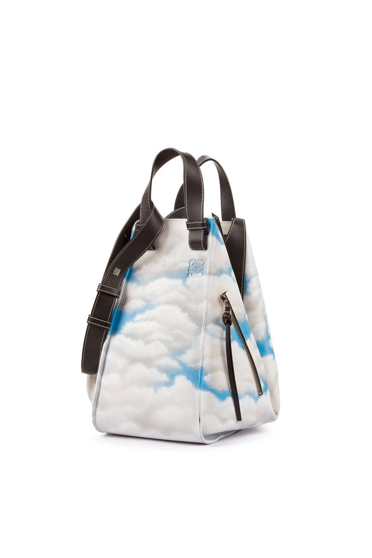 <p>Direttamente dalle passerelle, questa nuova borsa Hammock presenta una nuvola stampata su morbida pelle. L'ampio design della borsa è forse il suo aspettomigliore. La stampa con le nuvole si abbina con tutto e sarà sorprendentemente facile portarla ogni giorno.</p>