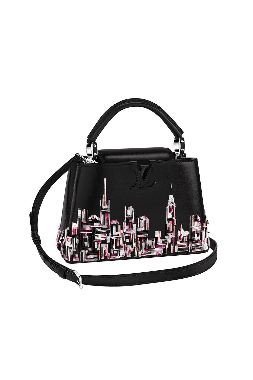 <p>La borsa Louis Vuitton Capucines ha avuto un restyling in questa stagione per commemorare il rinnovamento del negozio di SoHo. Lavorata con perline e ricamata con lo skyline di New York, questa borsa starà benissimo portata al braccio.</p>