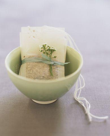 """<p>1/3 di tazza diolio di cocco</p><p>-1/4 dizucchero</p><p>-2 Bustine di thè verde</p><p>Tagliate le bustine e mescolate il contenuto all'olio di cocco. Se volete rendere il composto ancora più benefico aggiungeteci qualche goccia di <a href=""""http://www.elle.it/salute/benessere/news/a836608/tea-tree-oil-i-benefici/"""" target=""""_blank"""" data-tracking-id=""""recirc-text-link"""">olio tea tree</a>, benefico soprattutto in caso di acne e brufoletti.</p>"""