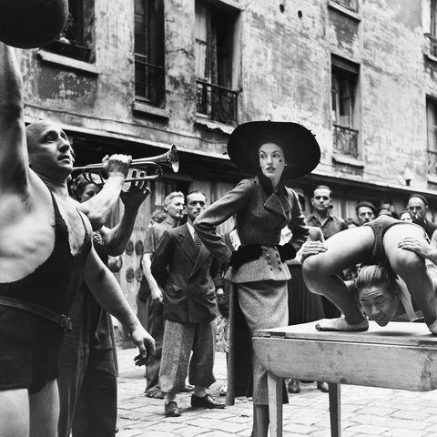 <p>Elise Daniels indossa&nbsp;Balenciaga insieme ad artisti di strada francesi nel Marais parigino, 1948. Foto di Richard Avedon.&nbsp;</p>
