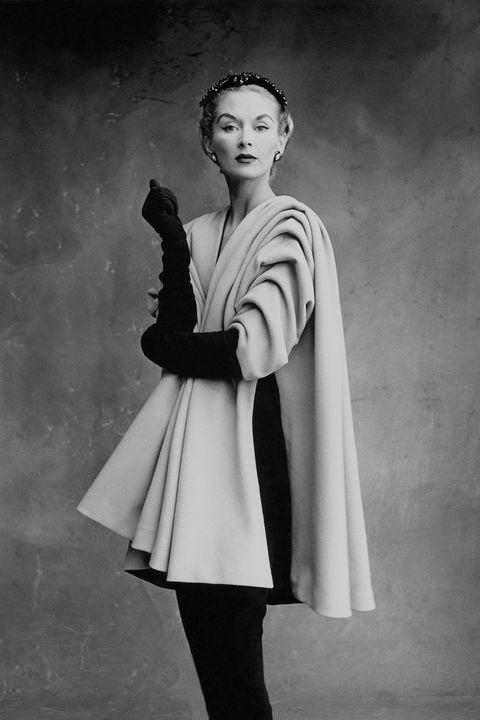 <p>Lisa Fonssagrives indossa un cappotto&nbsp;Balenciaga a Parigi, 1950. Foto di Irving Penn.</p>