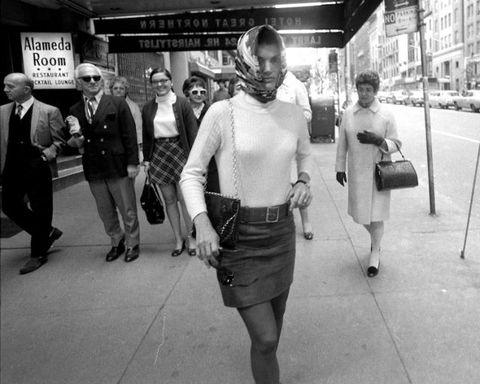 <p>Se il foulard ha avuto la sua stagione d'oro negli Anni '50 e '60 lo si deve soprattutto a lei. Oggi faremmo lo stesso col cappello giusto.&nbsp&#x3B;</p>