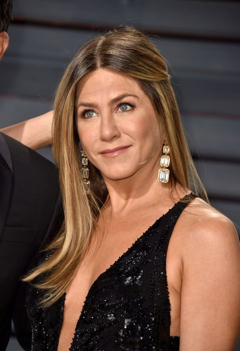 BEVERLY HILLS, CA - FEBRUARY 26:  Actress Jennifer Aniston attends the 2017 Vanity Fair Oscar Party hosted by Graydon Carter at Wallis Annenberg Center for the Performing Arts on February 26, 2017 in Beverly Hills, California.  (Photo by Alberto E. Rodriguez/WireImage)