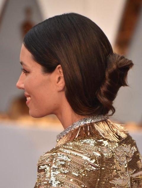<p>Minimal e sleek: è il raccolto sfoggiato agli Oscar da Jessica Biel.</p>
