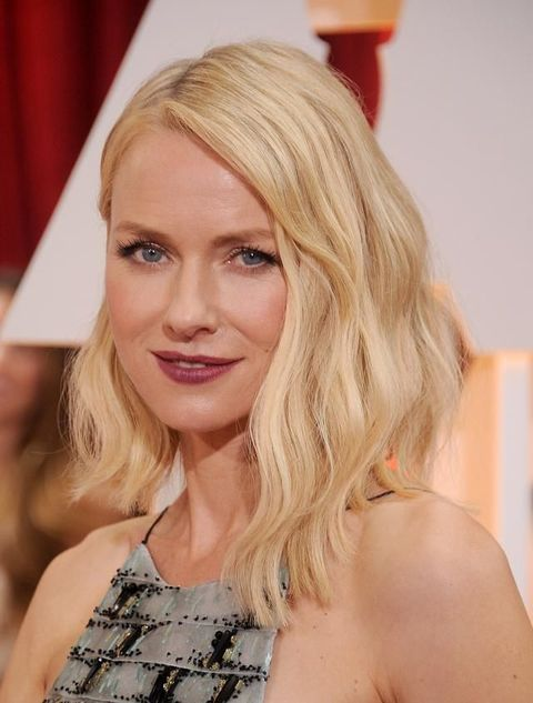 <p>Onde morbide e taglio scalato per January Jones.</p>