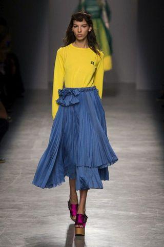 2c4289f76309 Come abbinare il giallo  idee e consigli moda per indossarlo in ...