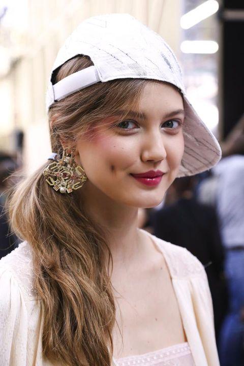<p>Chanel docet: se non vi va di stirare i capelli questa è la soluzione perfetta. Basta raccoglierli su un lato e lasciare morbida lavorazione frontale.&nbsp;</p>