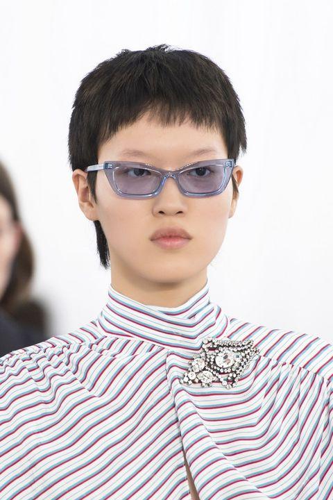 Gli occhiali da sole di moda per il 2017 visti alle sfilate