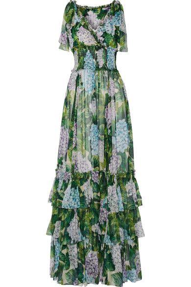 <p>L'abito lungo a fantasia floreale rimane un grande classico del dress code garden style e non solo. Un must per l'estate quello con motivi a ortensie firmato Dolce&amp;Gabbana. Investimento garantito.</p>