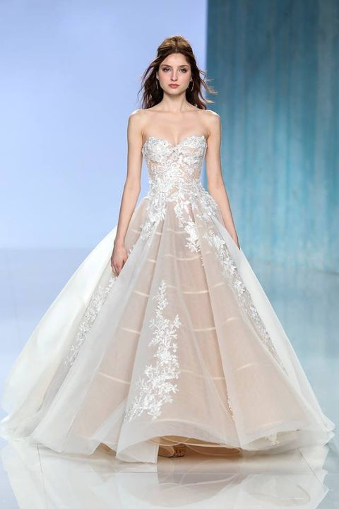 Gli abiti da sposa del 2018 seguono una tendenza chiara  il colore ... bdafe975548