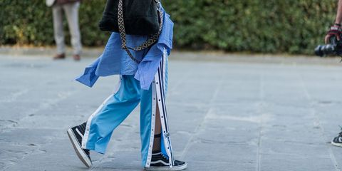 a851075412c0 I pantaloni della tuta, larghi e con i bottoni laterali sono i ...