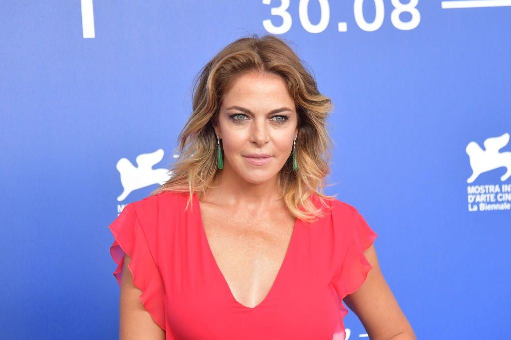 Come indossare un abito rosso con disinvoltura  Claudia Gerini a Venezia 5f6da3bcaa31
