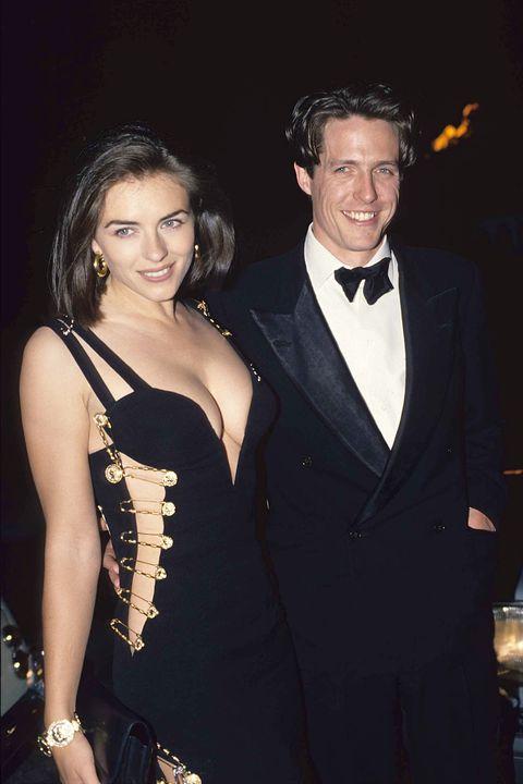 d5d9857918de Hugh grant con Elizabeth Hurley nel vestito nero Versace