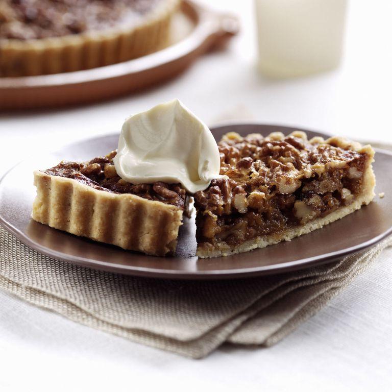 La crostata di noci è il dolce perfetto da gustare nelle giornate d'autunno, e la ricetta facile vi stupirà