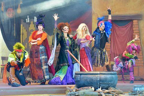"""<p>Grande festa fino a mezzanotte il 31 ottobre nel primo parco a tema in Italia dedicato al mondo del cinema. Qui&nbsp;si festeggia Horroween alla grande: dalla parata di Zombie """"Horray for Halloween"""" sulle note di """"Thriller"""" di Michael Jackson allo spettacolo nel teatro Jungla """"Voice's Magic - Halloween Special"""", fino al villaggio stragato di Voodoo Island. E, per i piccolissimi, &nbsp;c'è la casa del fantasmino Fanstasmik!</p><p><strong data-redactor-tag=""""strong"""" data-verified=""""redactor"""">Dove: &nbsp;</strong>Movieland - The Holliwood Park<span class=""""redactor-invisible-space"""" data-verified=""""redactor"""" data-redactor-tag=""""span"""" data-redactor-class=""""redactor-invisible-space"""">&nbsp;</span><span class=""""_Xbe"""" data-redactor-tag=""""span"""" data-redactor-class=""""_Xbe"""" data-verified=""""redactor"""">Via Fossalta, 56&nbsp;Fossalta, Lazise VR</span><span class=""""redactor-invisible-space"""" data-verified=""""redactor"""" data-redactor-tag=""""span"""" data-redactor-class=""""redactor-invisible-space""""></span></p>"""