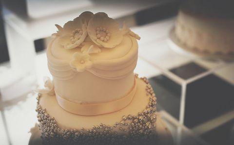 Cake, Buttercream, Icing, White, Sweetness, Sugar paste, Cake decorating, Food, Wedding cake, Dessert,
