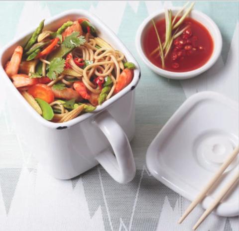 Ecco a voi i noodle saltati con gamberi, asparagi e pannocchiette, la ricetta super del sabato sera