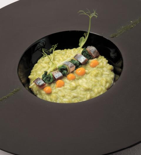 Una ricetta che è pura magia culinaria da provare: il risotto con scarola, cime di rapa, arancia e sardoni affumicati
