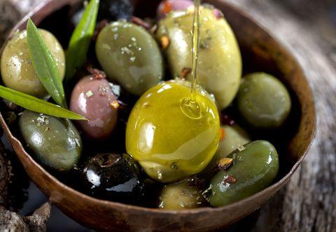 La ricetta delle olive in salamoia fatte in casa è l'antipasto che va bene sempre e il procedimento è talmente facile che non ci crederai