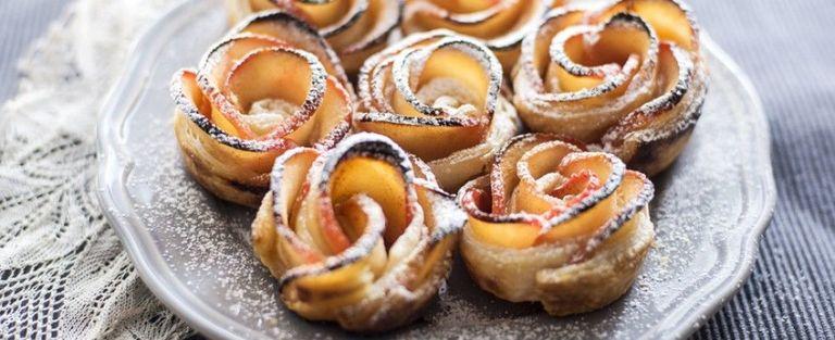 Le rose di mele fatte in casa sono amore allo stato puro: la ricetta semplice per un dolce che più scenografico non si può