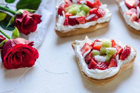La ricetta delle tartine alle fragole e formaggio vi conquisterà, perché sono l'aperitivo perfetto per una cena romantica
