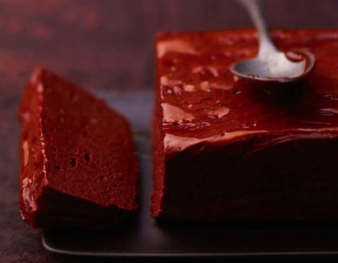 Il dolce al cioccolato sublime e goloso è la marquise alla maracuja: la sua ricetta senza farina lo rende il dessert ideale (anche) per gli intolleranti al glutine