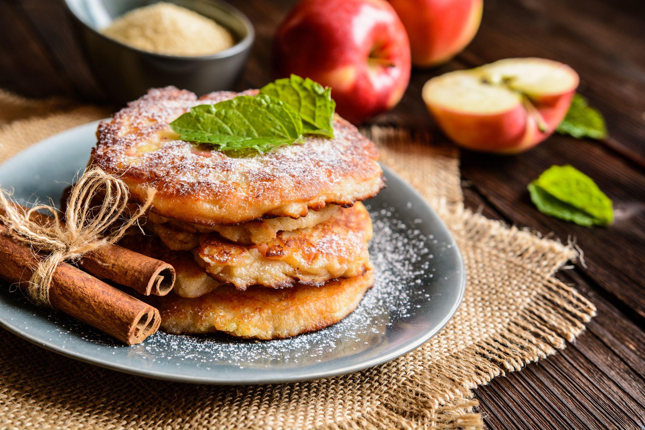 Le frittelle di mele sono il dolce della nonna che fa sorridere sempre il cuore, ma come si fanno? Così!