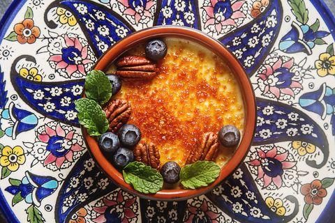 La crema catalana è la delizia al cucchiaio di cui è impossibile stancarsi! E la ricetta è più facile del previsto
