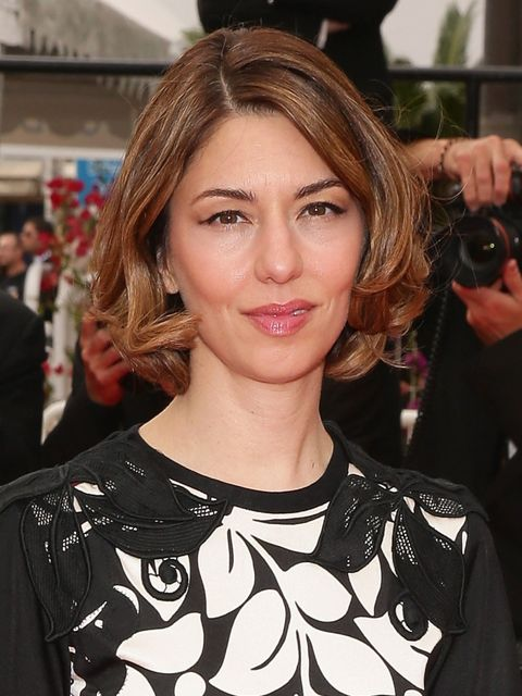<p>Sofia keeps her hair and make-up effortlessly simple so as not to detract from her printed gown. Wise woman.</p>