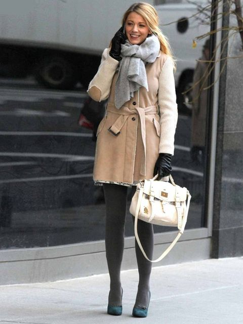 <p>Blake Lively carrying a Mulberry Travel Bag on the set of Gossip Girl.</p>