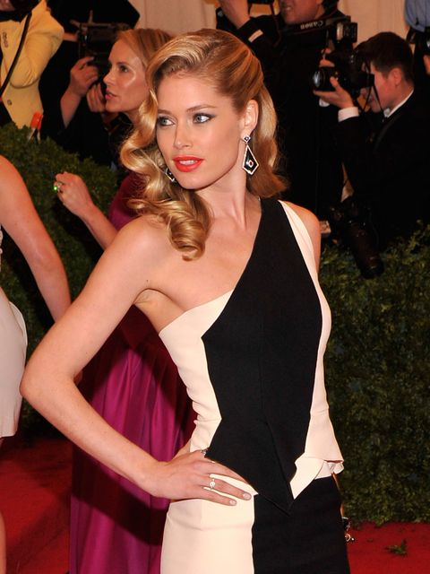 <p>Doutzen Kroes with retro waves at the Met Ball 2012</p>