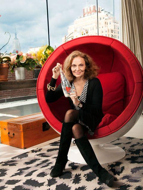<p>Diane Von Furstenberg holding her Evian bottle</p>