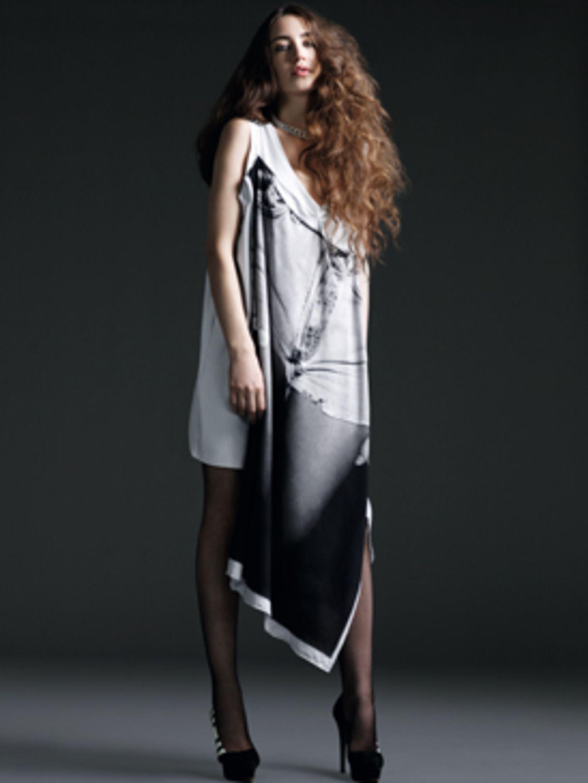 <p>Elizabeth Jagger wears white jersey denim print dress by Susannah Miller.</p>
